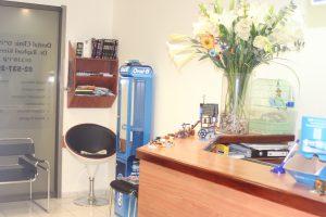 לפניכם כניסה למרפאה, דלפק לקבלת קהל ותמונות של חדר המתנה.