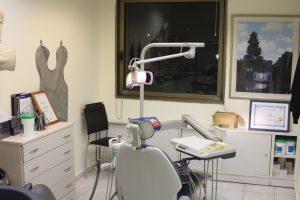 חדר בדיקה וטיפולים 1. חדר זה מיוחד לטיפולי יישור שיניים שקוף.